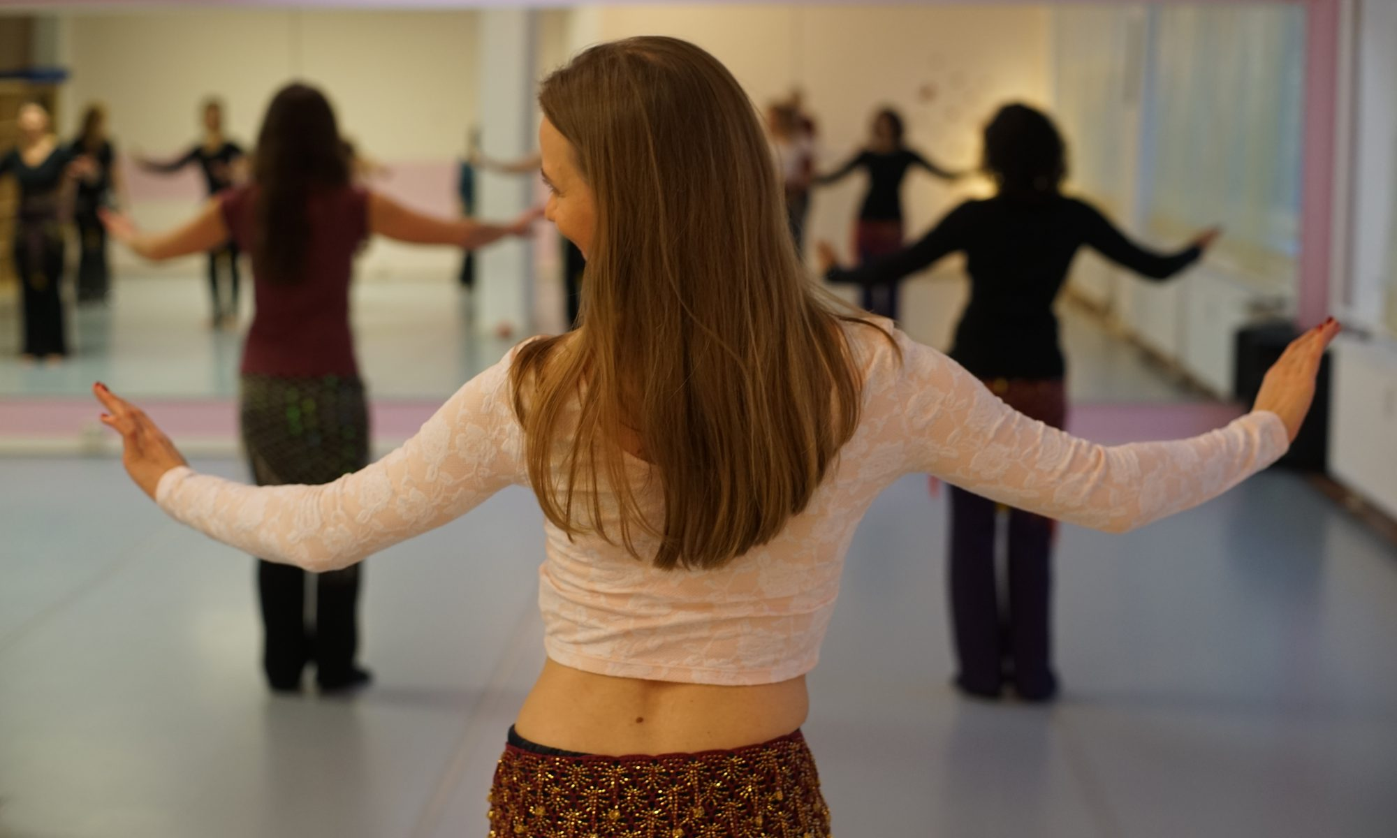 Drei Übungen aus dem Orientalischen Tanz, mit denen Du Deinen Rücken entspannen und Schmerzen vorbeugen kannst